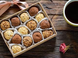 Собирать пазл Коробка с конфетами онлайн