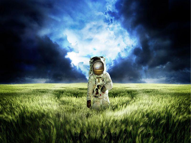 Пазл Собирать пазлы онлайн - Космонавт в поле