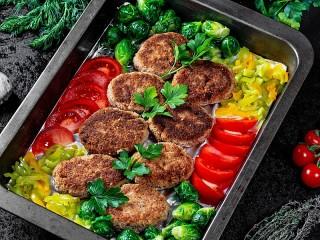 Собирать пазл Котлеты с овощами онлайн