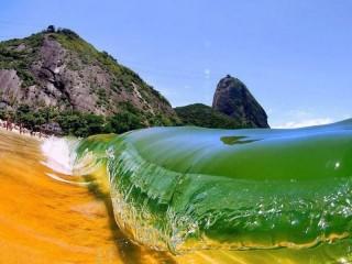 Собирать пазл Красный пляж Бразилии онлайн