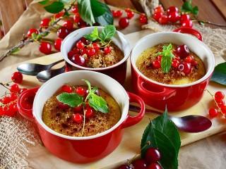 Собирать пазл Крем-брюле с ягодами онлайн