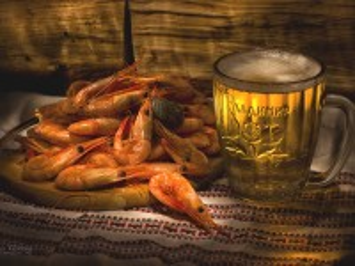 Собирать пазл Креветки и пиво онлайн