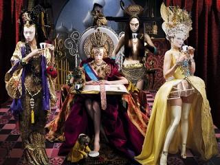 Собирать пазл Королева на троне онлайн