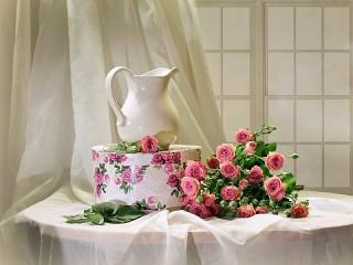 Собирать пазл Кувшин и розы онлайн