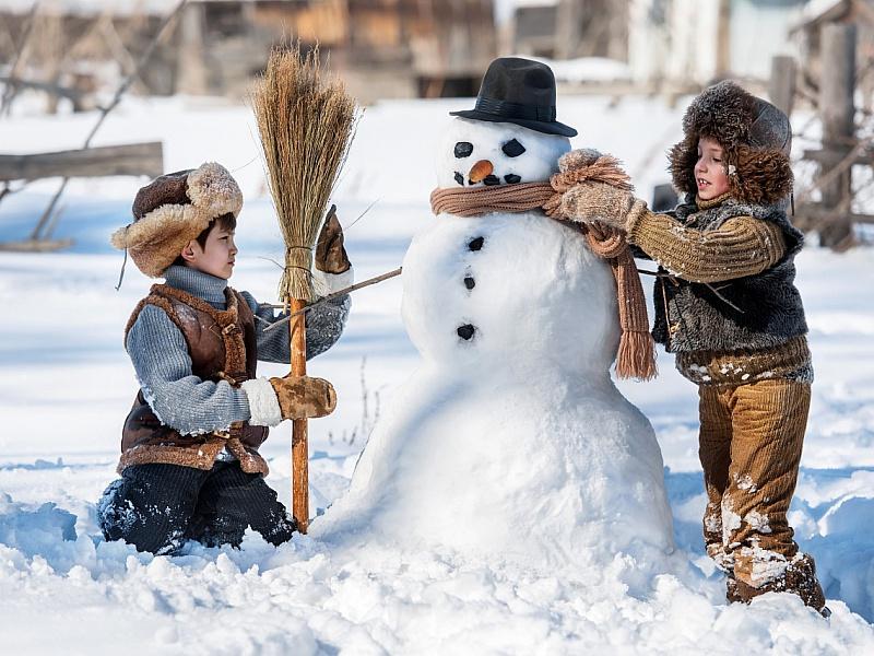 Пазл Собирать пазлы онлайн - Лепим снеговика
