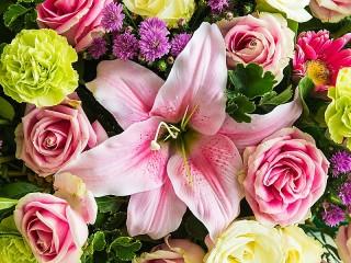 Собирать пазл Лилия и розы онлайн