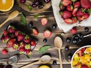 Собирать пазл Ложки и ягоды онлайн