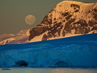Собирать пазл Луна над Антарктикой онлайн