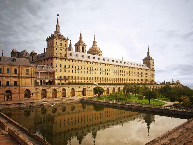 Пазл Собирать пазлы онлайн - Монастырь в  Мадриде