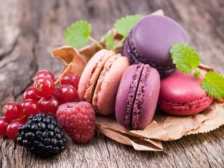 Собирать пазл Макарон и ягоды онлайн