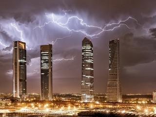 Собирать пазл Молнии над Мадридом онлайн