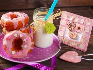 Собирать пазл Молоко и пончики онлайн