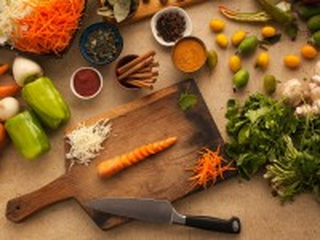 Собирать пазл Нарезаем морковь онлайн