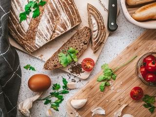 Собирать пазл Натюрморт с хлебом онлайн