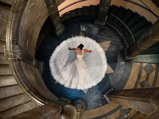 Собирать пазл Невеста и лестница онлайн