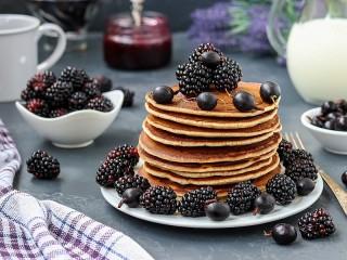 Собирать пазл Оладьи и синие ягоды онлайн
