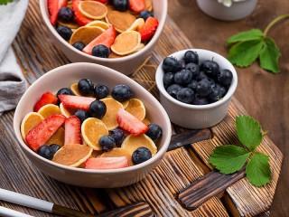 Собирать пазл Оладьи и ягоды онлайн