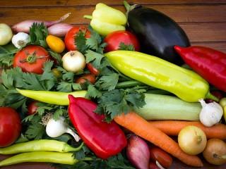 Собирать пазл Овощи на столе онлайн