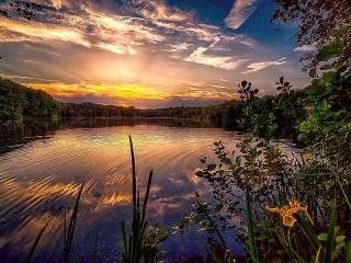 Собирать пазл Озеро на закате онлайн