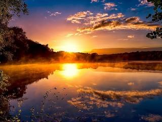 Собирать пазл Озеро на рассвете онлайн