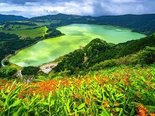 Собирать пазл Озеро среди гор онлайн