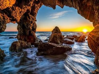Собирать пазл Пещера в лучах заката онлайн