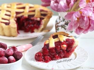 Собирать пазл Пирог и тюльпаны онлайн