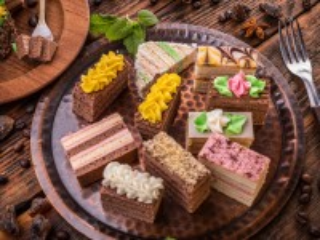 Собирать пазл Пирожные на подносе онлайн