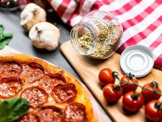 Собирать пазл Пицца с салями онлайн