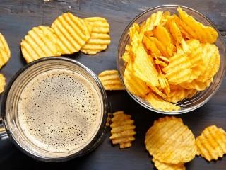 Собирать пазл Пиво и чипсы онлайн