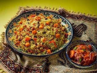 Собирать пазл Плов и салат онлайн