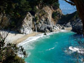 Собирать пазл Пляж среди скал онлайн
