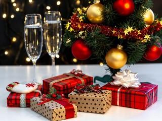 Собирать пазл Подарки и шампанское онлайн