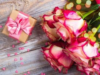 Собирать пазл Подарок и розы онлайн