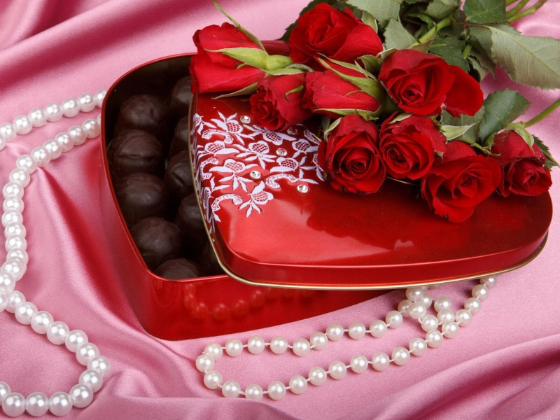 Пазл Собирать пазлы онлайн - Подарок розы конфеты