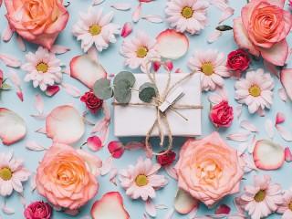 Собирать пазл Подарок среди цветов онлайн