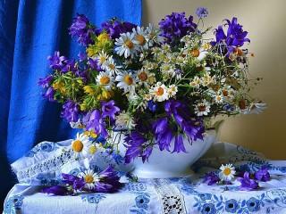 Собирать пазл Полевые цветы в вазе онлайн