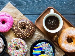 Собирать пазл Пончики и чашка онлайн