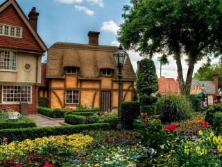 Собирать пазл Поселок в цветах онлайн