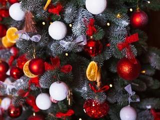 Собирать пазл Праздничная ель онлайн