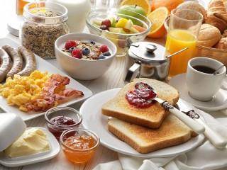 Собирать пазл Праздничный завтрак онлайн