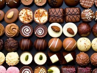 Собирать пазл Разнообразие конфет онлайн