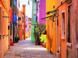Собирать пазл Разноцветная улица онлайн