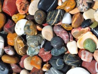 Собирать пазл Разноцветные камешки онлайн