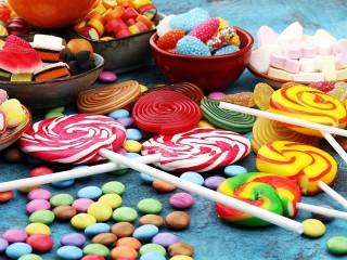 Собирать пазл Разноцветные конфеты онлайн