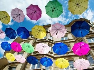 Собирать пазл Разноцветные зонты онлайн