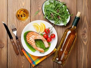 Собирать пазл Рыба и вино онлайн