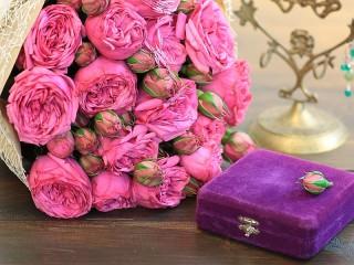Собирать пазл Розы и коробка онлайн