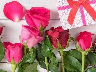 Собирать пазл Розы и подарки онлайн