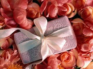 Собирать пазл Розовый подарок онлайн